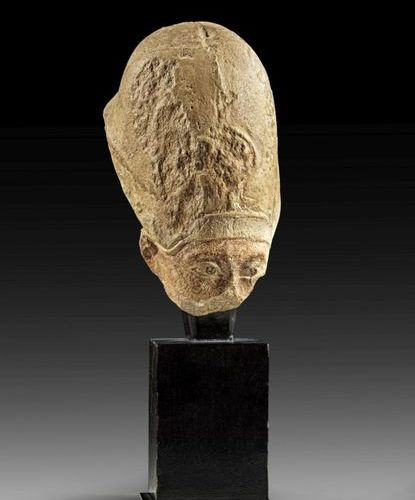 NORDAFRIKA A limestone head of a Pharao wearing the blue crown . Ptolemaic Perio…