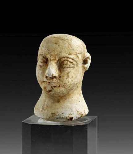 ALTER ORIENT Head of a male composite idol made of white limestone. Bactria, abo…