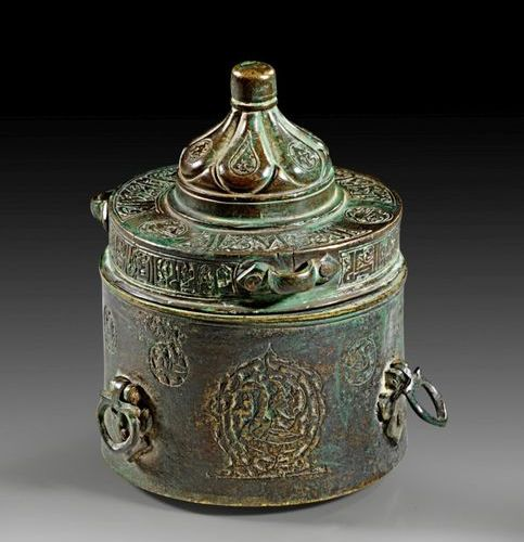 ISLAM Bronze inkwell with silver inlays and engraved. Round cylindrical vessel w…