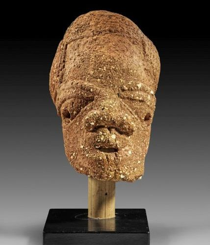 AFRIKA UND OZEANIEN Large terracotta head, probably from a large figure. Nok, Ni…