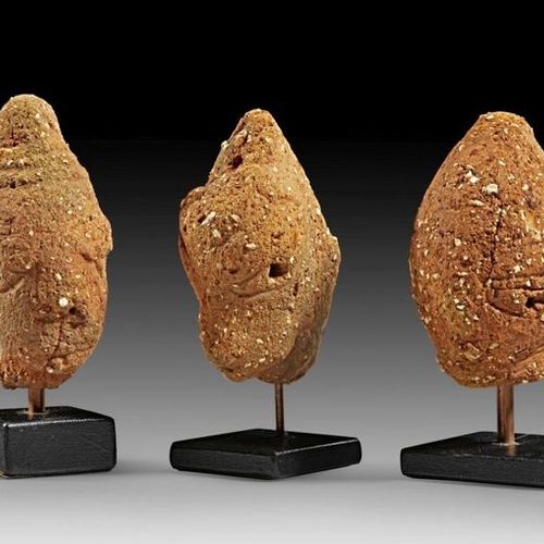 AFRIKA UND OZEANIEN Three small heads of brownish terracotta with elaborate coif…