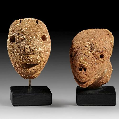 AFRIKA UND OZEANIEN Theriomorphic head with elongated snout, pierced eyes and no…