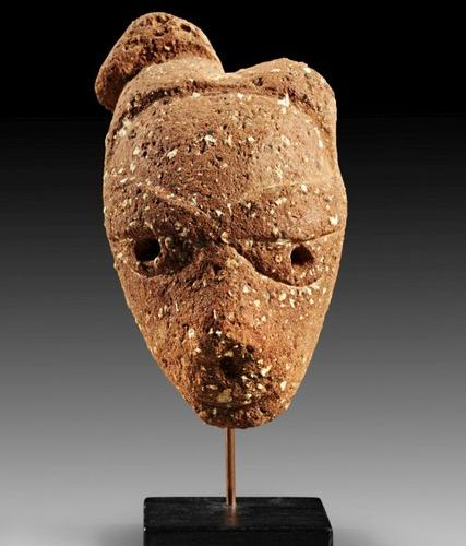 AFRIKA UND OZEANIEN Small head with elaborate coiffure arranged in two lobes (on…
