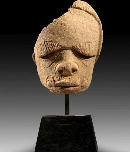 AFRIKA UND OZEANIEN Skoto terracotta ancestor male head. Nigeria, about 200 600 …