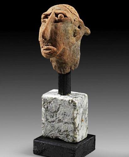 AFRIKA UND OZEANIEN Terracotta head with beige slip, elongated thin nose and bal…