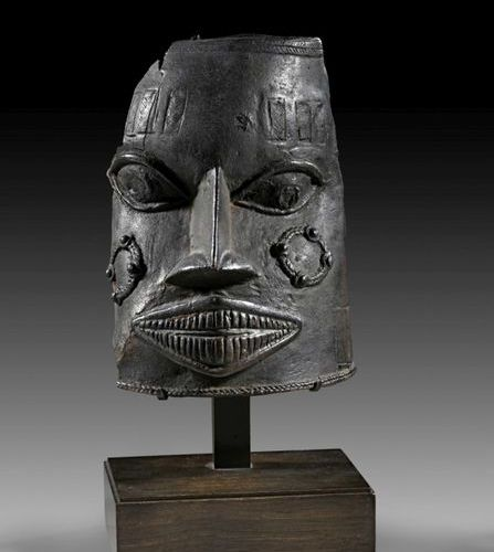 AFRIKA UND OZEANIEN Black patinated bronze fragment of a mask with wide mouth sh…