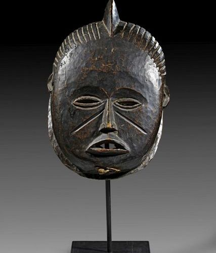 AFRIKA UND OZEANIEN Igala very fine and large mask. Nigeria. The crested coiffur…