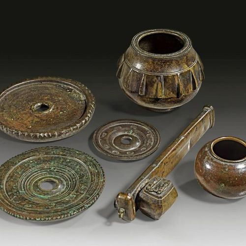 LOT Collection of Islamic bronze objects. A) Bronze mortar. Hispania, 14th 15th …