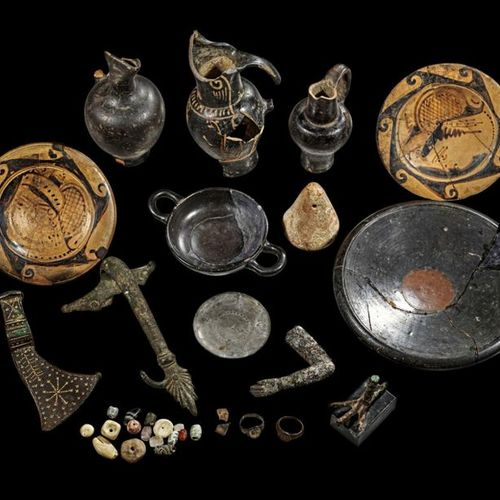 LOT Collection of mostly ancient objects. Fragmented Etruscan bronze handle with…