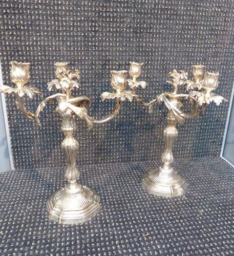 Paire de chandeliers à trois bras de lumière en bronze argenté style Louis XIV. …