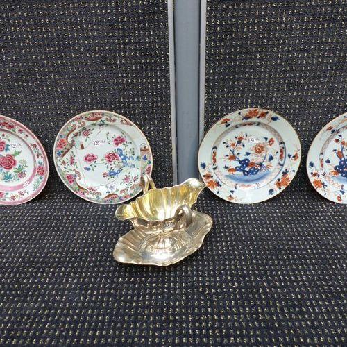 Quatre assiettes Chine XVIIIème et une saucière en argent XIXème siècle.Poids: 3…