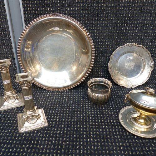 Un plat, deux bougeoirs, une assiette, un pot et un pot couvert en argent. Poids…