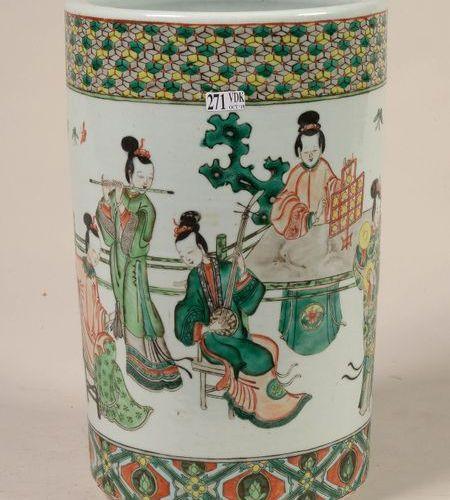 """Un vase porte parapluie en porcelaine polychrome de Chine au décor aux """"Musicien…"""