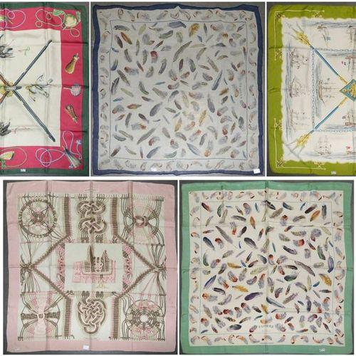 """Lot de cinq carrés de marque Hermès dont 4 en soie : """"Plumes"""" et """"Oiseaux"""" par H…"""