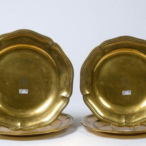 Suite de quatre assiettes chantournées, moyennes et grandes, au fond décoré d'un…