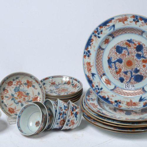 Suite de six assiettes ainsi que six pochons et leurs soucoupes en porcelaine po…