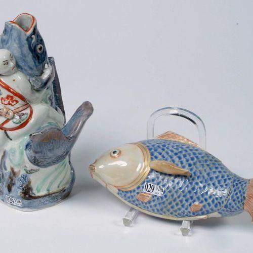 """Un vase et une terrine en forme de """"Carpes"""", l'une est surmontée d'un """"Personnag…"""