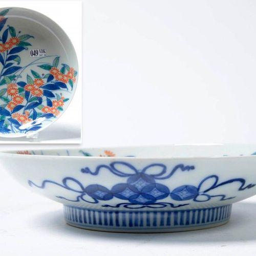Un compotier Nabeshima en porcelaine polychrome du Japon à décor floral. Epoque:…