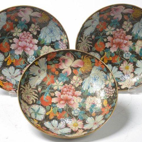 """Suite de trois compotiers en porcelaine polychrome de Chine aux émaux dit aux """"M…"""