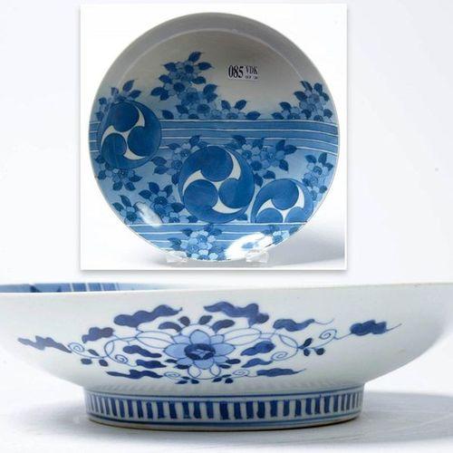 Une assiette ronde sur pied Nabeshima en porcelaine bleue et blanche du Japon à …