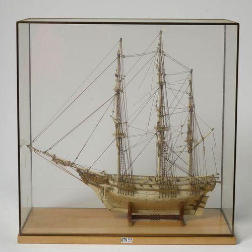 """Rare maquette de bateau représentant une """"Caravelle trois mâts"""" en os. Travail a…"""