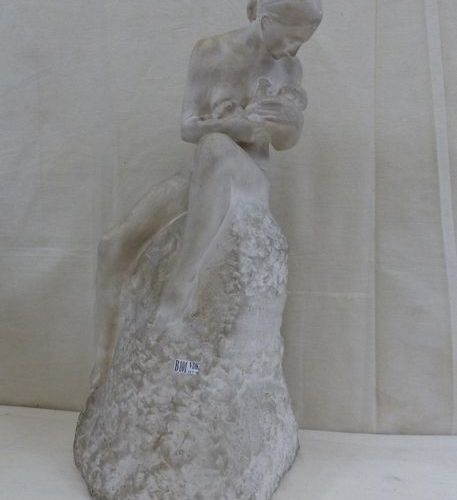 """Sculpture en plâtre """"Maternité"""". Signé Pierre de Soete et daté 1946. (Un éclat)"""