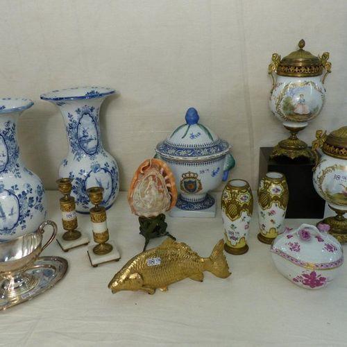 Un lot comprenant deux pots couverts, deux vases, une terrine (?) en porcelaine …