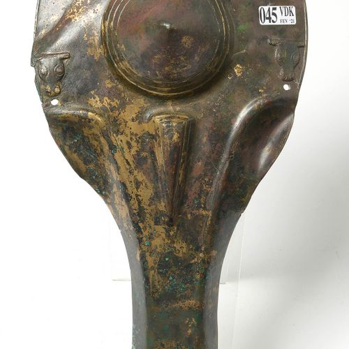 Rare bronze chamfer with traces of gilding, with a conical element in relief in …