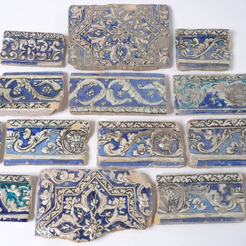 Set comprising +/ 75 fragments of tiles or ceramic frieze with blue, green and p…