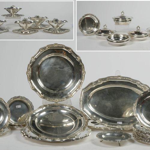 重要的银质晚餐服务800/1000,部分带有纹章,包括6个酱缸,4个带盖蔬菜盘,3个无盖蔬菜盘,3个椭圆盘,4个圆盘,16个盘子,2个小盘子,1个飞盘和5个杯垫…