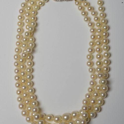 迷人的三排养殖珍珠吊坠,黄金和铂金搭扣,镶嵌总重+/ 0.50克拉的老式切割钻石,玫瑰切割钻石和两颗总重+/ 0.40克拉的蓝宝石。长:+/ 35厘米。总重量:…