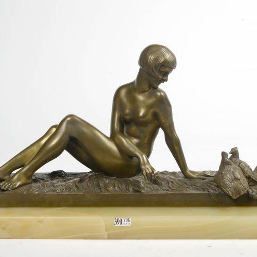 """VARNIER René (XIXème XXème) """"Elégante au couple de colombes"""" Art déco en bronze …"""