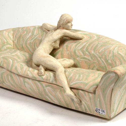 """VERDUYN Jacques (1946) """"Girl in sofa"""" en terre cuite polychromée. Signé Verduyn.…"""