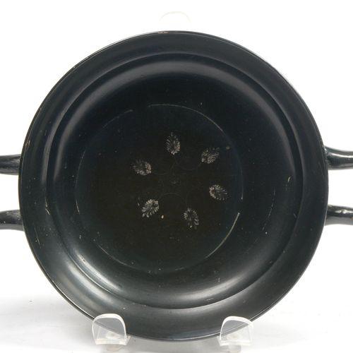 """""""Kylix"""" en terre cuite vernissée noire à décor central de six poinçons en forme …"""