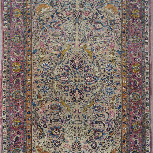 """Carpette Téhéran (?) en laine faite main à décor de """"Bestiaire"""" sur fond floral …"""