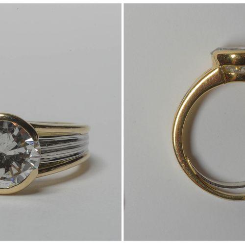 Bague en or jaune et or blanc 18 carats sertie d'un diamant taille brillant de +…