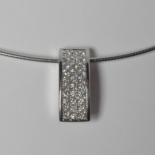Collier en or blanc 18 carats et son pendentif en or blanc 18 carats serti de di…