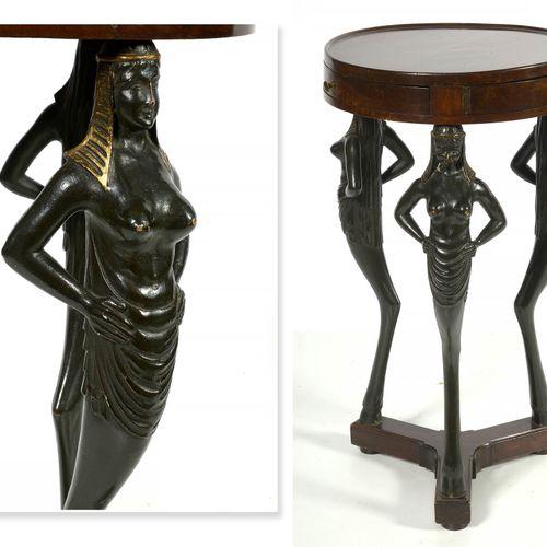"""受 """"埃及 """"启发的桃花心木开孔三足桌,有三个抽屉和一个镀金和发黑的木质 """"Caryatids """"基座。俄罗斯的工作。年代:19世纪。高:+/ 74.5厘米。直…"""