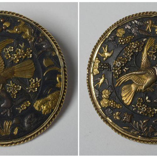 """Paire de boutons de samouraï à décor """"D'oiseaux"""" en argent et or montés en broch…"""