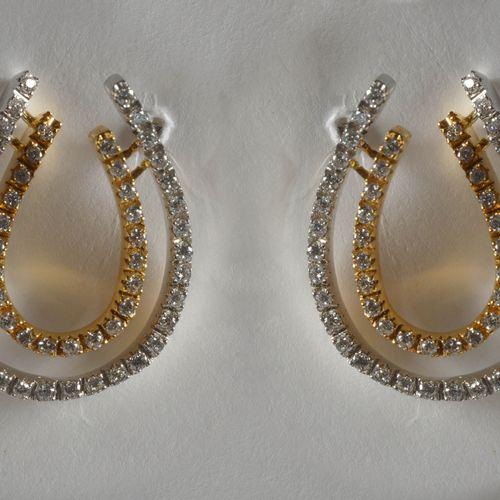 一对18K白金和黄金耳环,共镶嵌了+/ 0.70克拉的明亮式切割钻石(颜色:E F G;净度:VVS VS)。尺寸:+/ 2.2x1.6厘米。总重量:+/ 7g…
