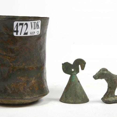"""一套三件青铜器,包括:一个饰有 """"有翼狮鹫 """"和 """"狮子 """"图案的布鲁斯高脚杯。鲁里斯坦的工作。时期:公元前二千年中期。一个由 """"高卢雄鸡 """"顶着的钟。来自Lu…"""