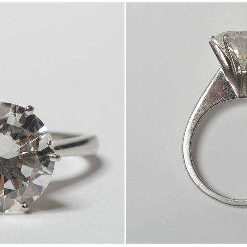 铂金戒指镶嵌了一颗+/ 3.90 4.20 克拉的明亮式切割钻石(颜色:H I;净度:VVS VS)。手指(公制):50。总重量:+/ 5.8gr。