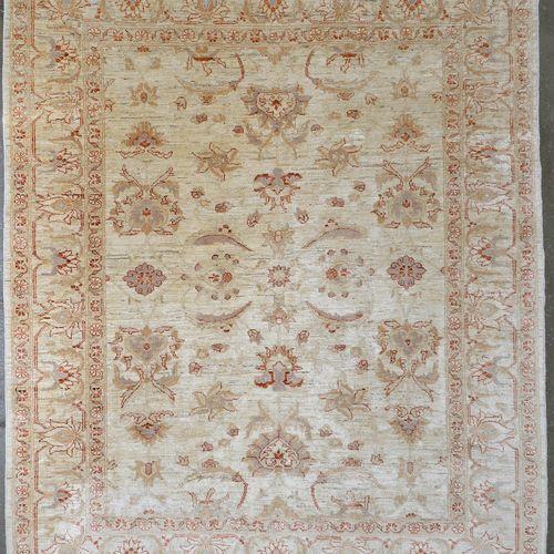大型阿格拉(?)地毯,有米色的花卉装饰。印度的工作。尺寸:+/ 217x179cm。