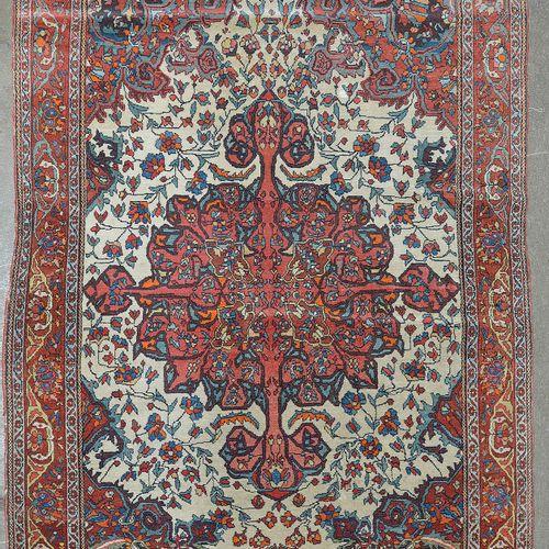 Carpette Ispahan (?) en laine faite main décorée d'un médaillon floral central r…
