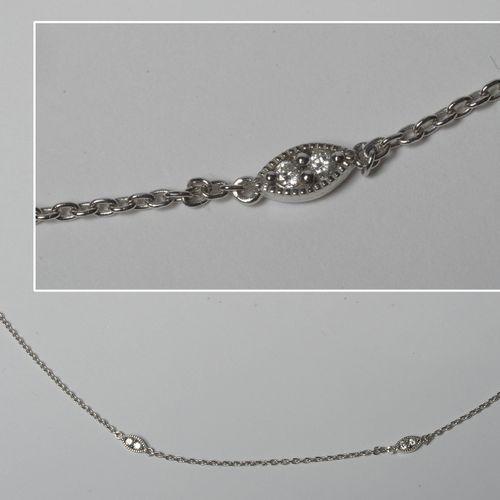 Chaîne en or blanc 18 carats sertie de diamants taille brillant pour un total de…