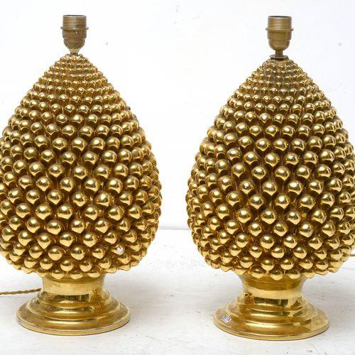 """Paire de lampes en forme de """"Pomme de pin"""" en faïence dorée. Marque sous la base…"""