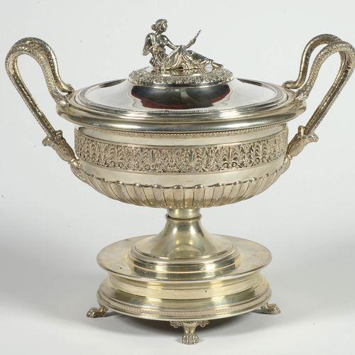 """重要的帝国四足银汤锅800/1000。Frieze装饰,手柄为 """"蛇 """"形,上面有 """"Cleopatra""""。意大利的工作。年代:20世纪。高:+/ 33厘米。总…"""
