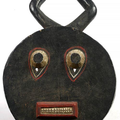 """Grand masque masculin (?) Baoulé """"Kplé Kplé"""" en bois sculpté et polychromé. Util…"""
