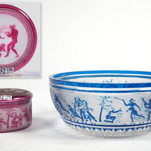 "LEDRU Léon (1855 1926) 一套两件,包括:Val Saint Lambert水晶酒杯和一个蓝色和洋红色衬里的水果碗,其上有 ""Cortège…"