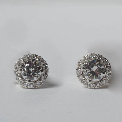 Paire de boucles d'oreilles en or blanc 18 carats serties de deux diamants taill…